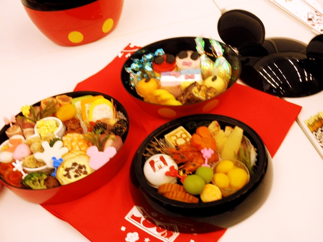 おせち ミッキーマウスシルエット三段重 (2)
